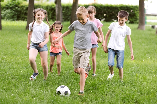 Long shot enfants jouant au football