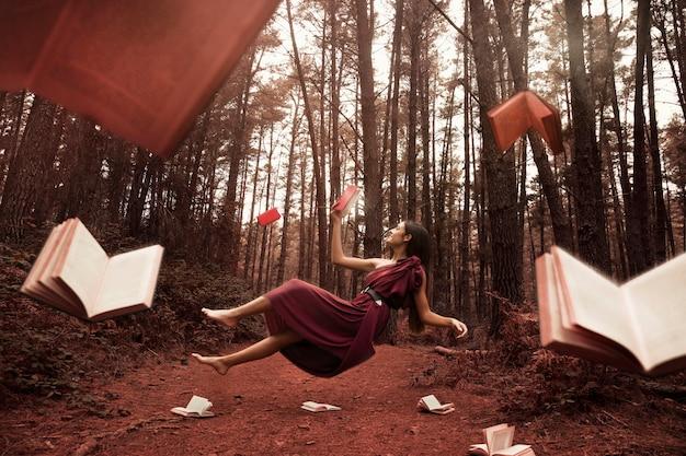 Long shot femme lisant dans la forêt