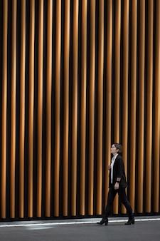 Long shot femme moderne marchant