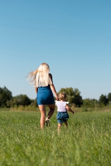 Long shot d'une femme et une petite fille marchant