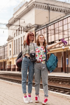 Long shot femmes à la recherche de train