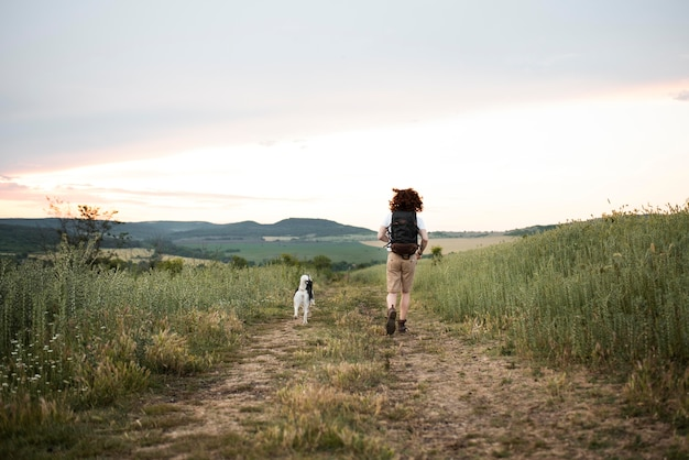 Long shot homme qui court avec un chien