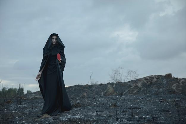 Long shot d'un homme de sorcière dans le désert