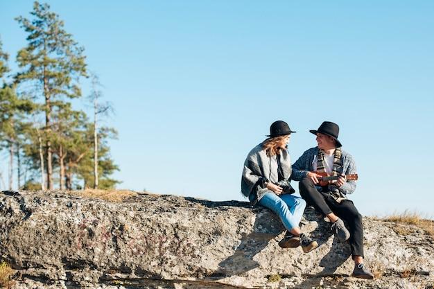Long shot jeune couple en plein air