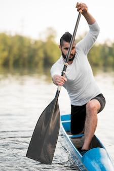 Long shot man aviron avec rame