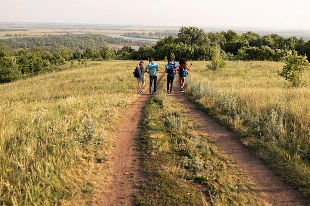 Long shot personnes marchant dans la nature