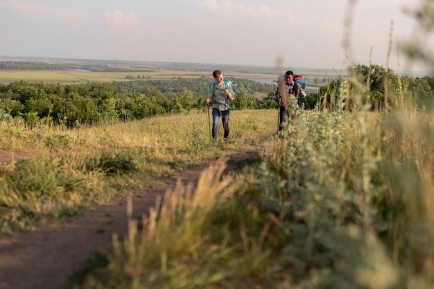 Long shot personnes marchant avec des sacs à dos