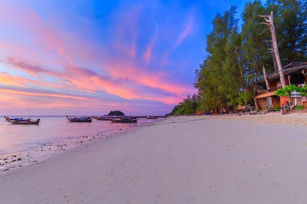 Long tail boat sur la plage de sable le matin sur une île tropicale en thaïlande