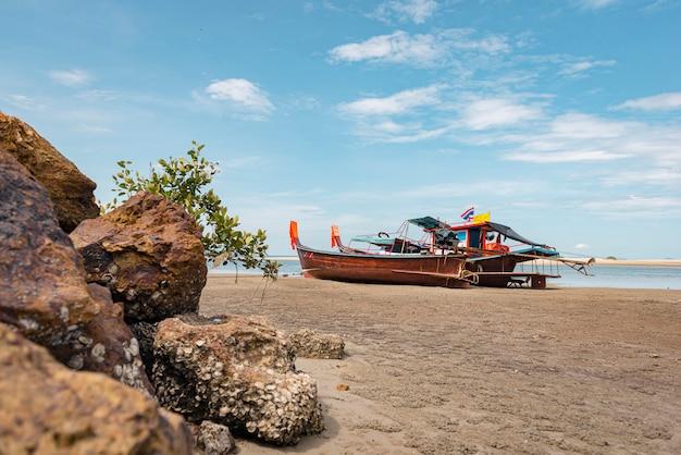 Long tail boat sur la plage de sable tropicale, mer d'andaman, en thaïlande