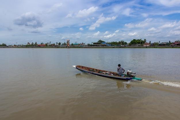 Long tail boat sur la rivière chao phraya contre un ciel nuageux à bangkok. thaïlande.
