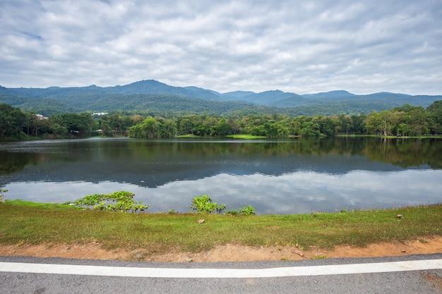 Le long de la vue du paysage de la route à ang kaew chiang mai, fond de ciel bleu de la montagne boisée