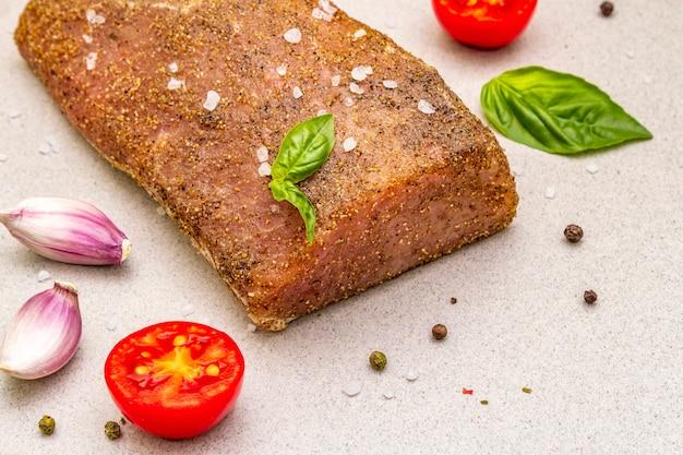 Longe de porc cru aux légumes, espèces et herbes