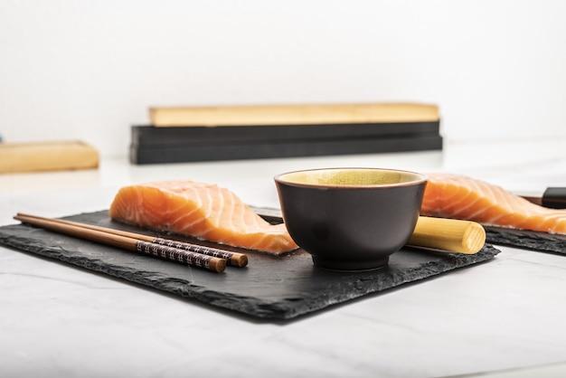 Longes de saumon pour sushi et sashimi cuisant du poisson cru