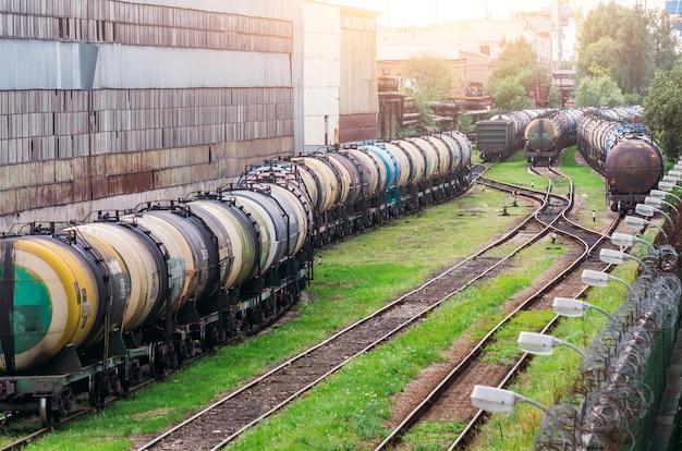 De longs trains d'un train de citernes avec du mazout sur un chemin de fer.