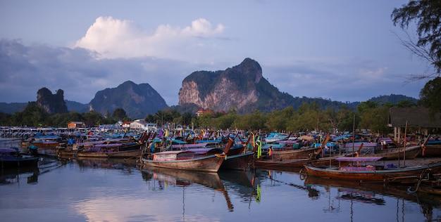 Longtail bateaux au lever du soleil.