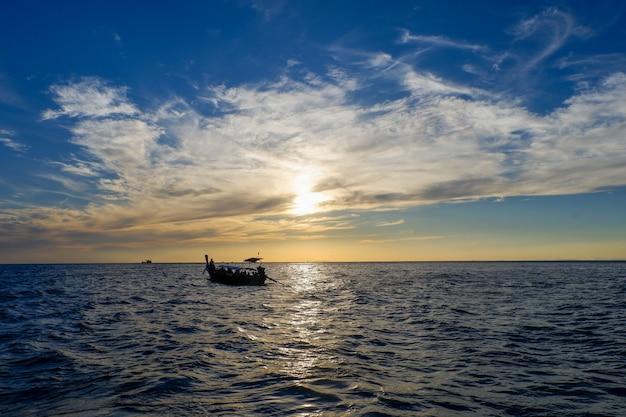 Longtail boats près de l'île de phi phi avant le coucher du soleil dans la province de krabi en thaïlande