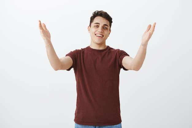 Longtemps sans voir mon ami. portrait de gars heureux à l'air amical, voir un visage familier dans la foule