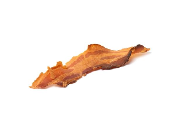 Longue bande de bacon frit isolé sur fond blanc