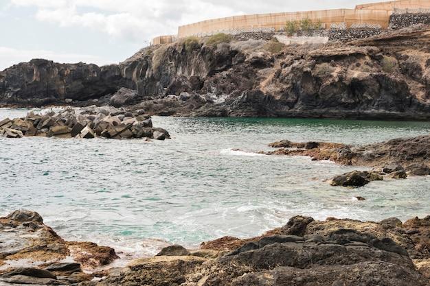 Longue côte de falaise avec de l'eau cristalline