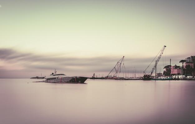 Longue épave de navire dans un port