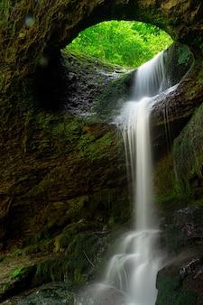 Une longue exposition à la cascade de murgul deliklikaya sur des roches brunes et vertes.