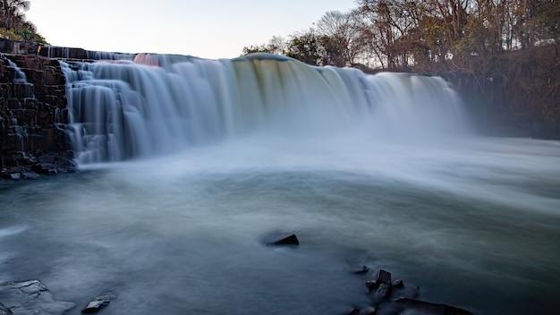 Longue exposition de la chute de la cascade de la rivière apore à cassilandia la nuit
