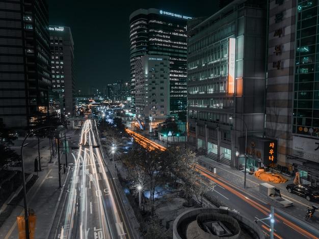 Longue exposition dans la rue de nuit de la ville