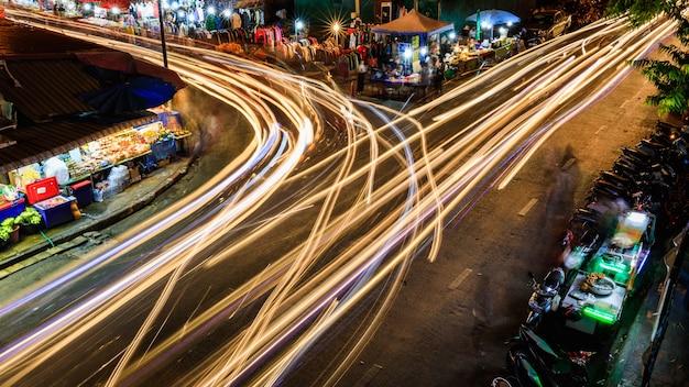 Longue exposition dans la ville en vue de nuit