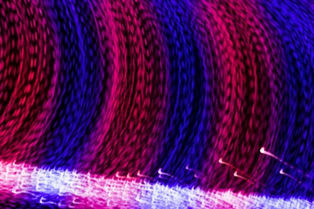 Longue exposition du fond de traînée de lumière courbe bleu et rose