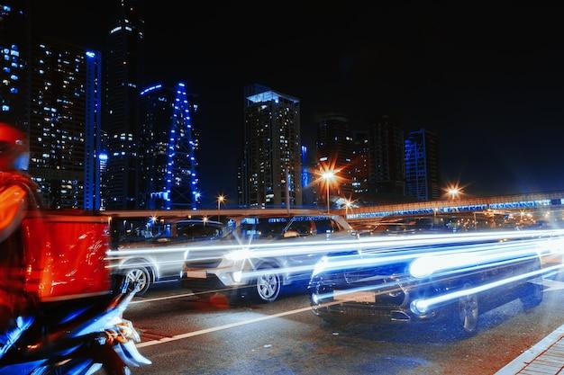 Longue exposition de voitures en mouvement sur la route de nuit à dubaï