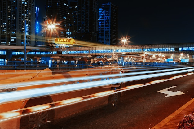 Longue Exposition De Voitures En Mouvement Sur La Route De Nuit à Dubaï Photo Premium