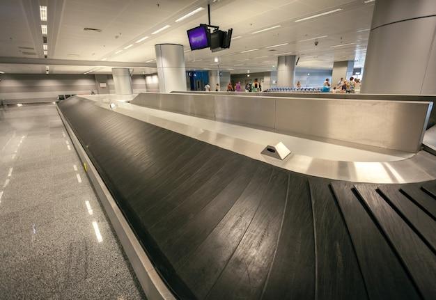 Longue ligne de réclamation de bagages vides à l'aéroport