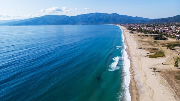 Longue plage de riviera, coût de la mer égée