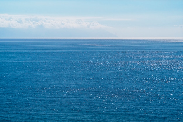 Longue prise d'eau de mer cristalline