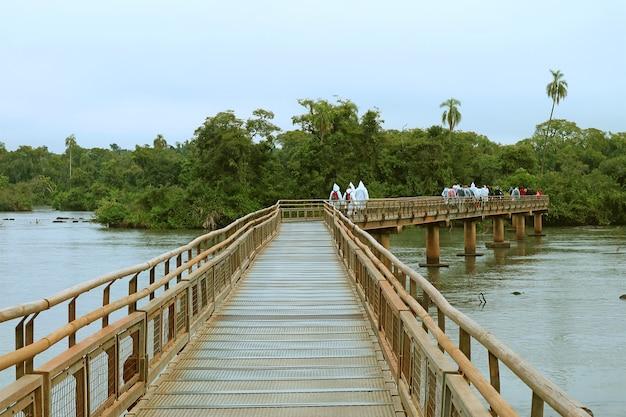 Longue promenade sur les chutes d'iguazú, ville de puerto iguazú, argentine