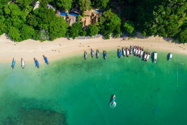 Longue queue et bateau rapide thaïlandais et étrangers en haute saison à ao nang beach kra bi thaïlande