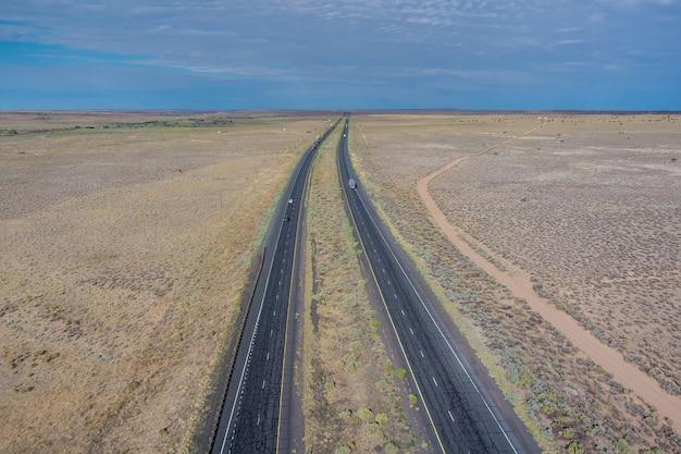 Longue route droite route 66 à gauche à travers le désert du nouveau-mexique, états-unis