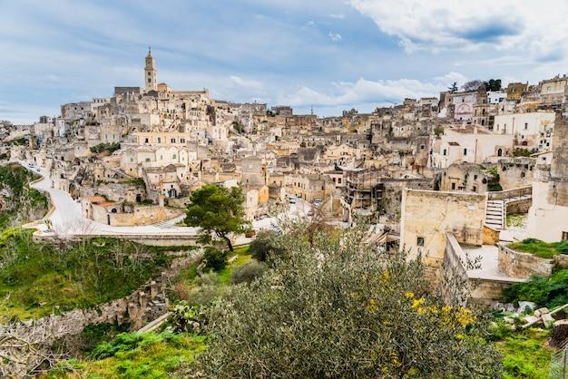 Longue vue panoramique sur la vieille ville rocheuse de matera avec ses toits en pierre.