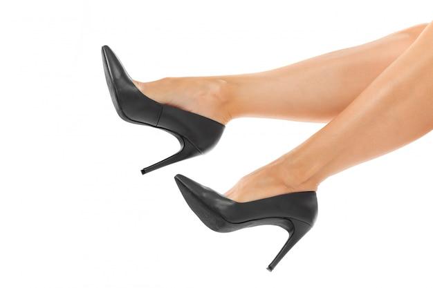 Longues jambes de femme avec des chaussures noires