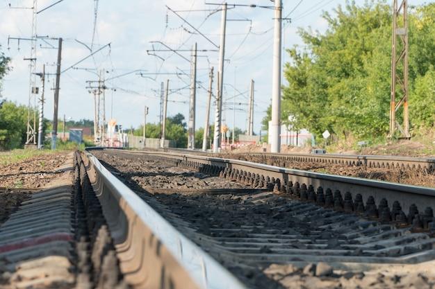 Longues voies ferrées avec paysage contre le ciel