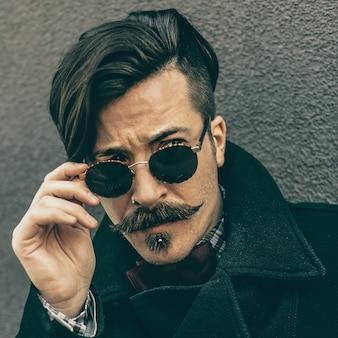 Look d'automne élégant retro hipster man fashion coiffure et moustache