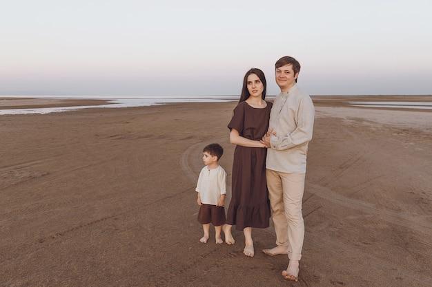 Look familial de vêtements en lin naturel sur la plage du soir. espace de copie.