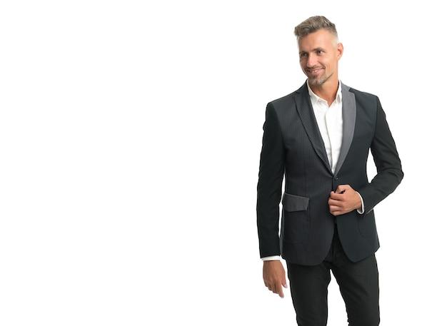 Look masculin élégant et cool. homme heureux dans un style formel isolé sur blanc. code vestimentaire d'affaires. vêtements de cérémonie. vêtement professionnel. style de mode. vêtements pour hommes à la mode. habillez-vous bien, copiez l'espace.