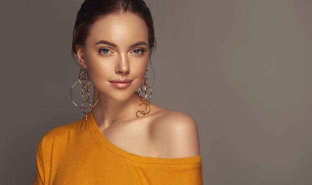 Look romantique et sourire tendre sur le visage parfait de la belle jeune femme.