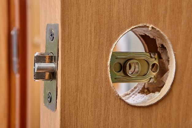 Loquet de verrouillage de porte intérieure au stade de l'installation de la poignée de porte.