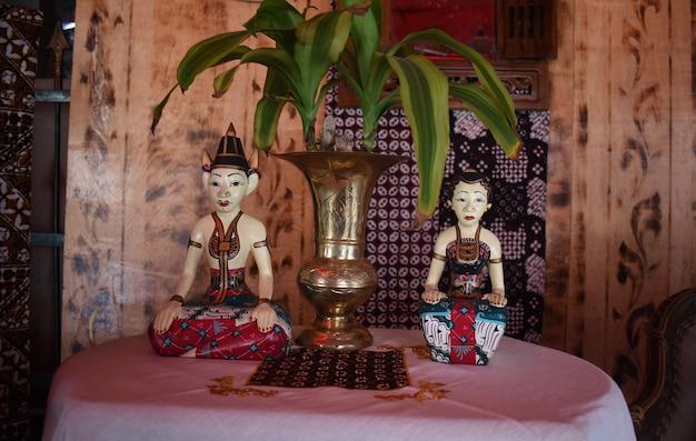 Loro blonyo est une paire de statues féminines et masculines en vêtements traditionnels javanais