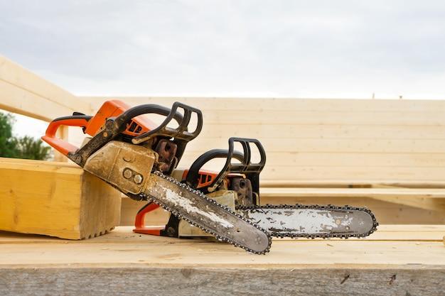 Lors de la construction d'une maison en bois, deux tronçonneuses un peu.