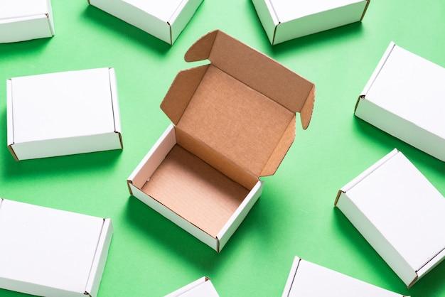 Lot de boîtes en carton carré sur fond vert