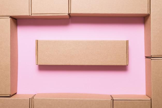 Lot de boîtes en carton marron,