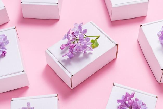 Lot de coffrets cadeaux décorés de fleurs lilas sur fond rose